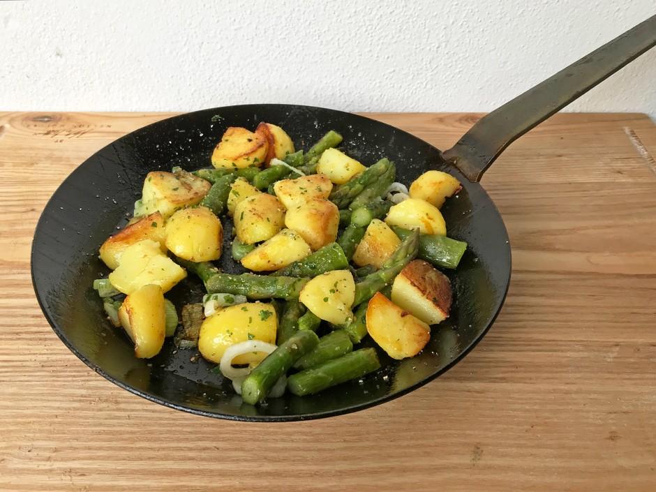 Bratkartoffeln mit grünem Spargel