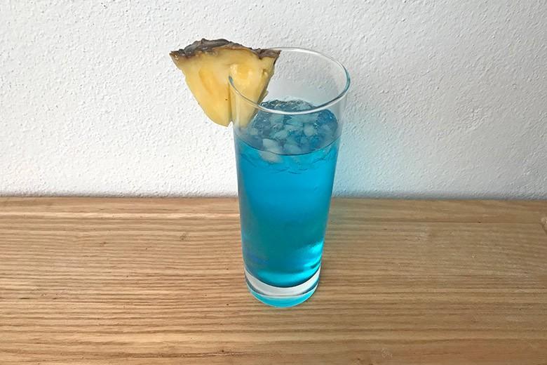 Blauer Cocktail mit Sprite