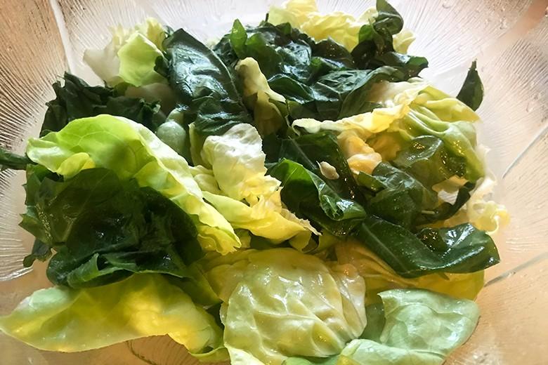 Grüner Salat mit Löwenzahnblättern