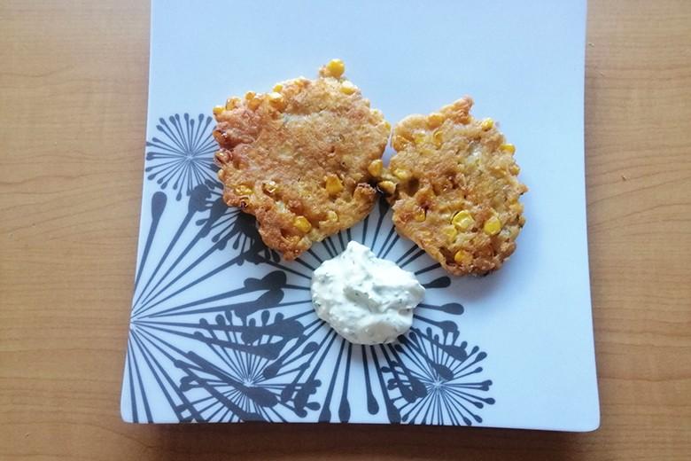 Mais-Käse-Puffer mit Schnittlauch-Dip