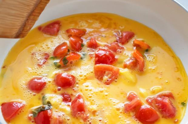 Eierspeise mit Tomaten und Basilikum