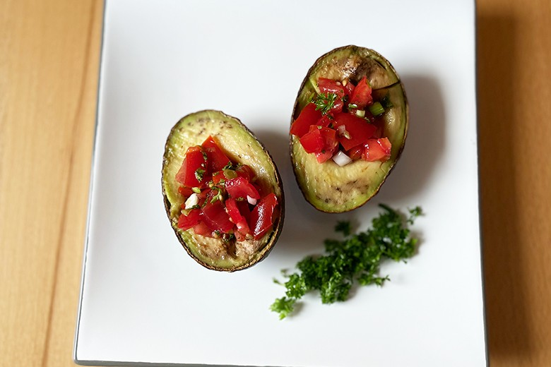 Gegrillte Avocado mit Tomatenfüllung