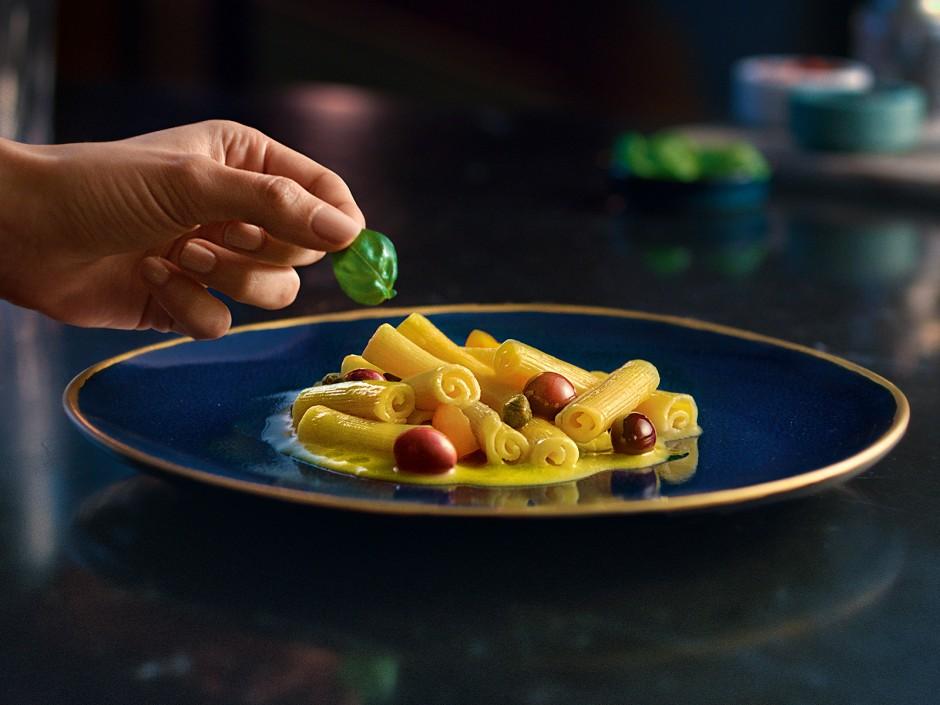 Barilla COLLEZIONE Papiri mit Tomatencreme, Basilikumöl, Kapern und Oliven