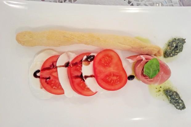 Mozzarella auf Tomaten Caprese