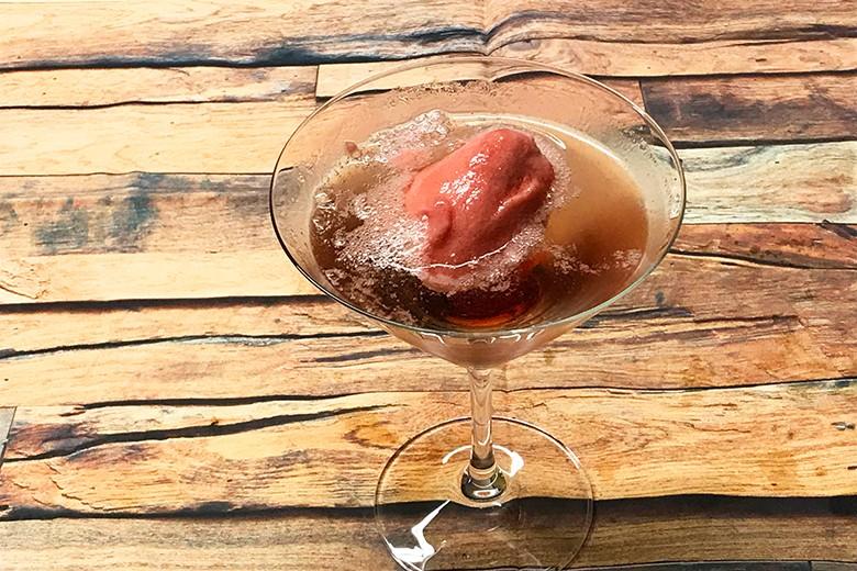 Cassis-Sekt-Eis-Cocktail
