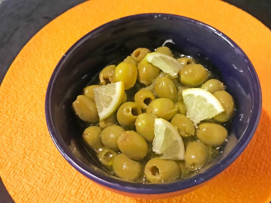 Oliven in Zitronenmarinade