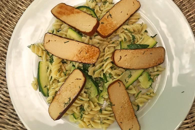 Spirelli und Zucchini in Dillobers mit gebratenen Scheiben vom geräucherten Tofu