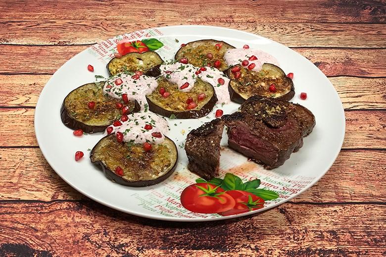 Pikante Auberginen mit Tahini-Joghurt, Granatapfel und Rinderfilet