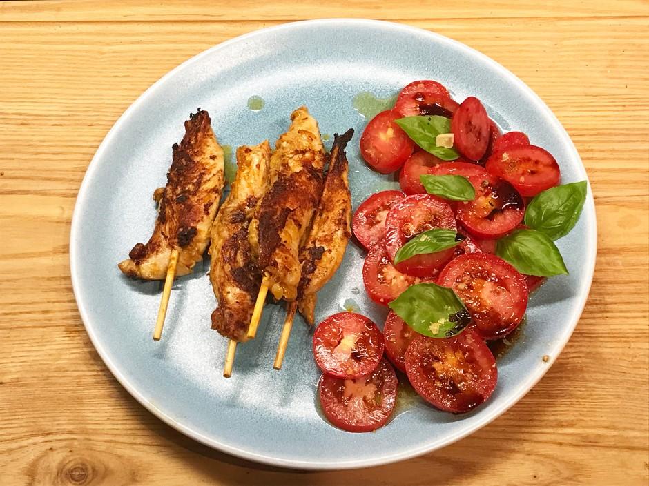 Hühnerfiletspieße in Jalapenomarinade und Tomatensalat