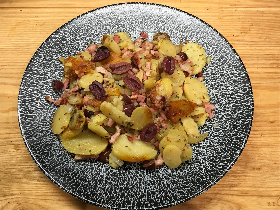 Erdäpfel mit Speck und Oliven