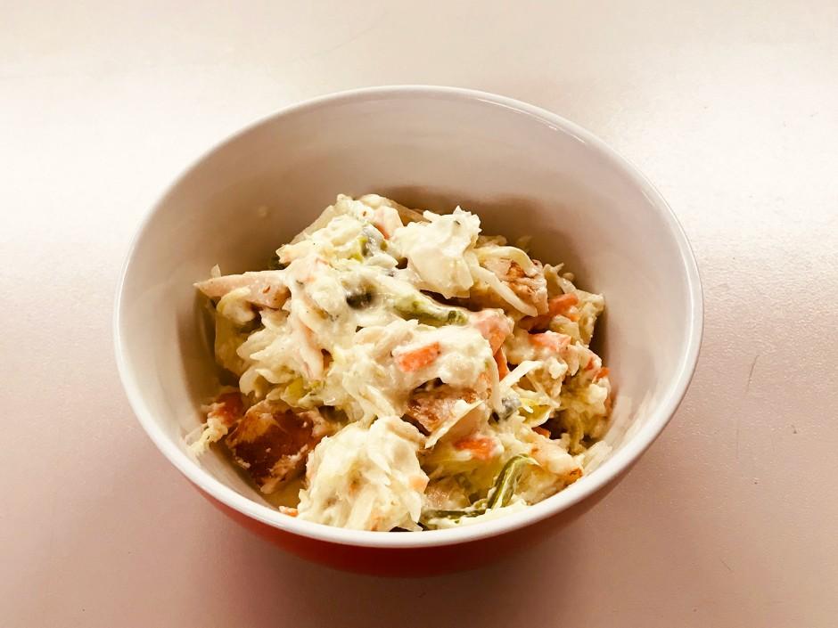 Weißkrautsalat mit Karotten und Hühnchen