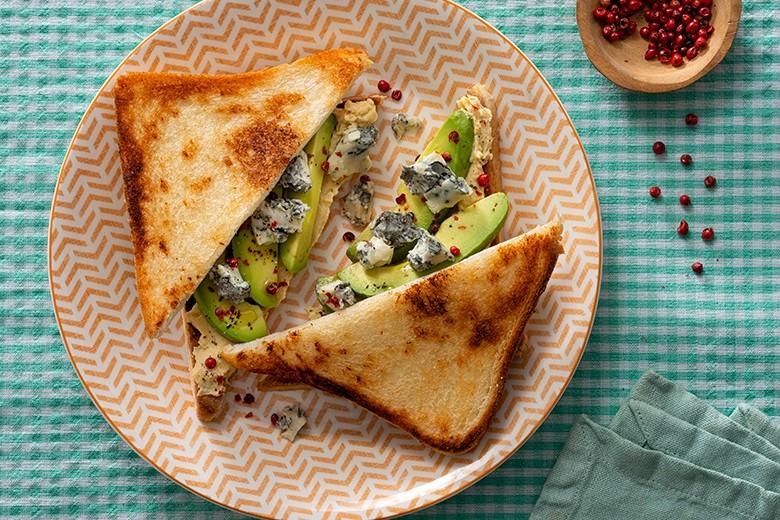 Toast mit Avocado, Hummus, würzigem Gorgonzola GU und rosa Pfeffer