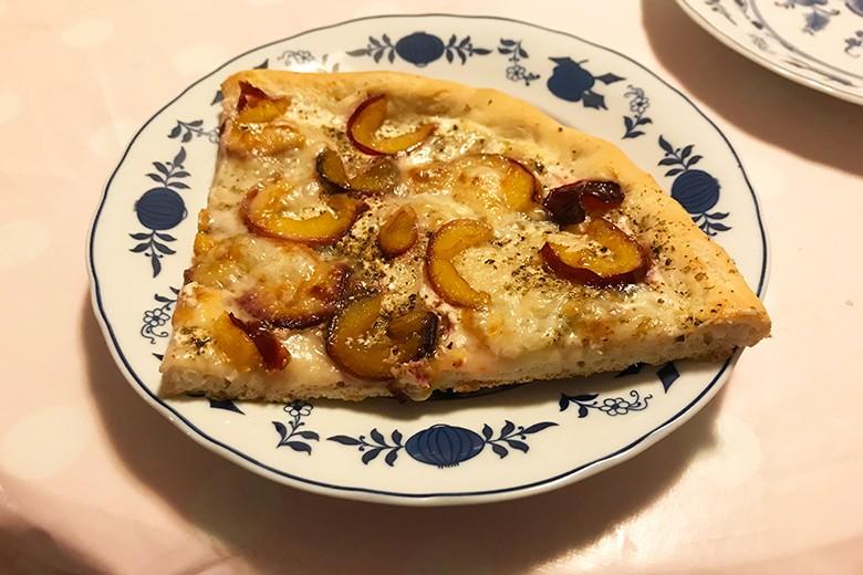Weiße Pizza mit Zwetschken und Scamorza