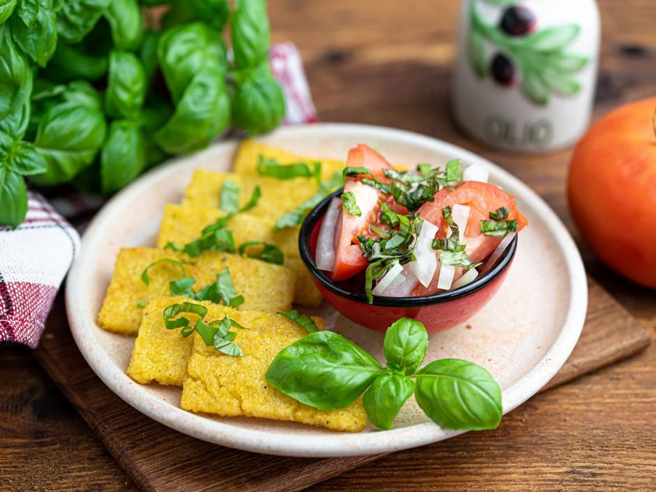 Polentascheiben mit Tomatensalat