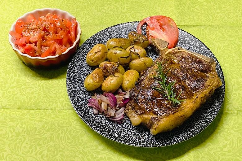 Roasbeef dried aged mit Rosmarin-Erdäpfel, Zwiebeln und Tomaten