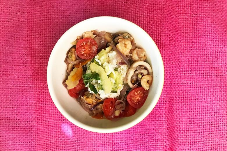 Heiße Bowl mit Meeresfrüchten und Zucchinireis
