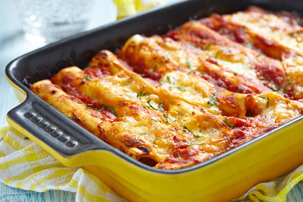 Cannelloni mit Fleisch-Ricotta-Füllung auf Tomatensauce