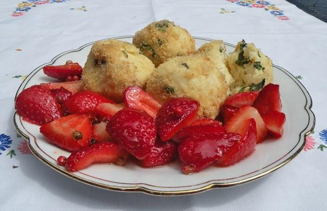 topfen-minze-knoederl-auf-pfeffer-erdbeeren.jpg
