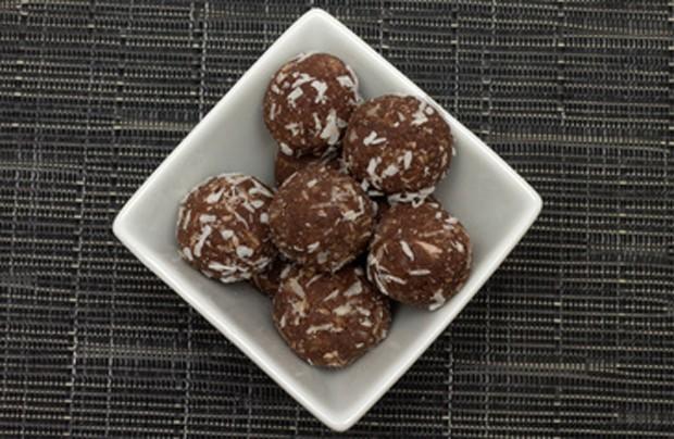 Rumkugeln mit Kokosflocken