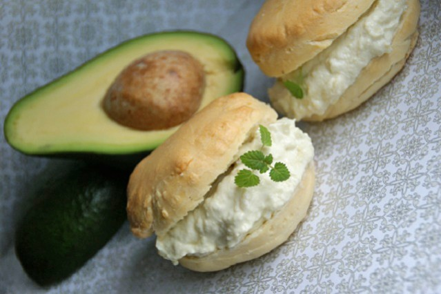 scones-mit-avocado-creme.jpg