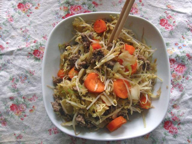 hackfleisch-im-wok-mit-sojasprossen-und-kraut.jpg