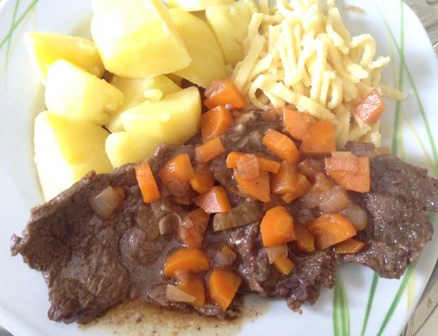 Rindsschnitzel mit Karotten und Zwiebeln