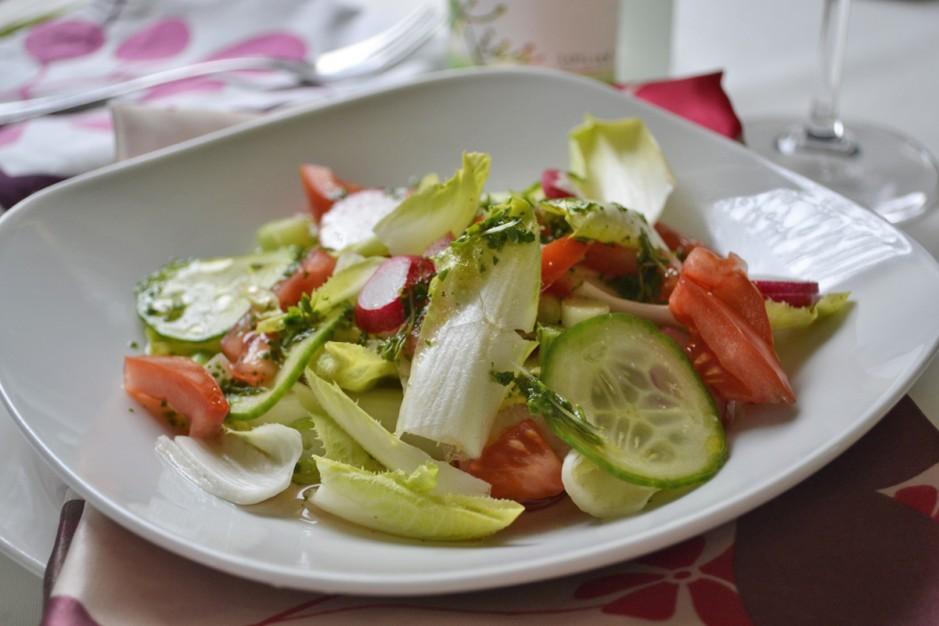 frischer-salat-mit-kraeutern.jpg