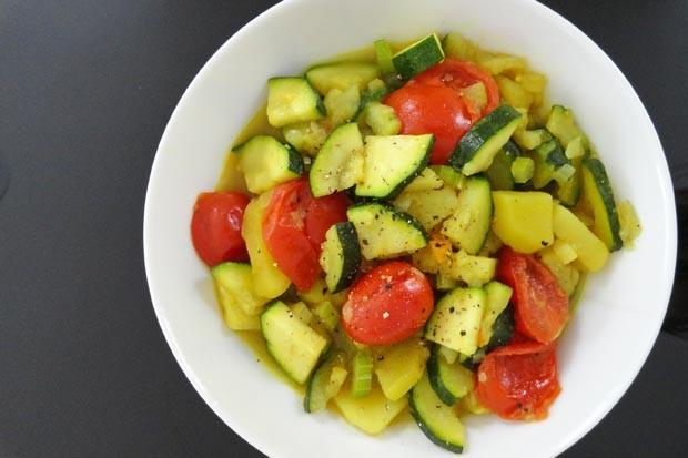 Erdäpfelcurry mit Zucchini und Paradeisern