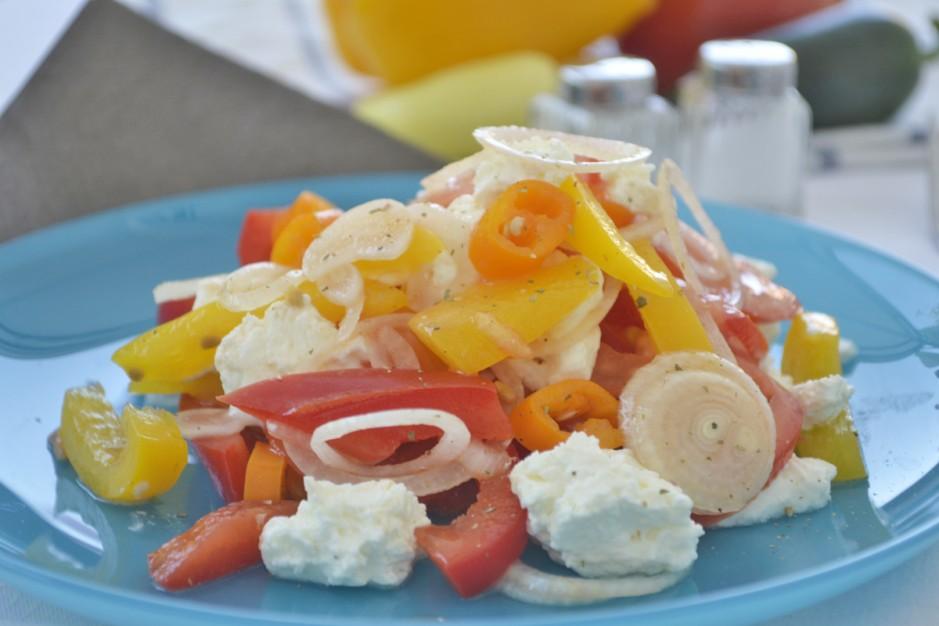 wuerziger-salat-mit-schafskaese.jpg