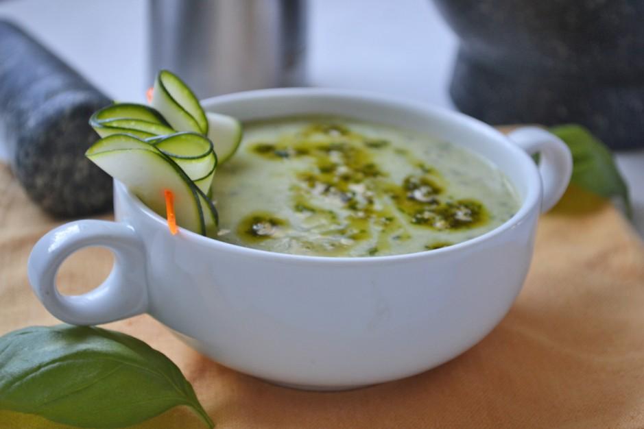 zucchinisuppe-mit-kraeuterpesto.jpg