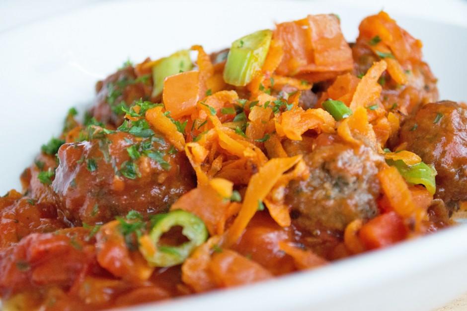 faschierte-baellchen-mit-tomaten-paprikasosse.jpg