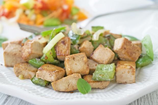 Gebratener Tofu mit frischem Gemüse