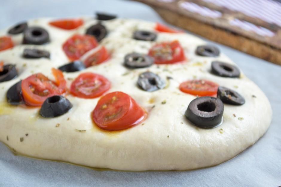 focaccia-mit-oliven-und-tomaten.jpg