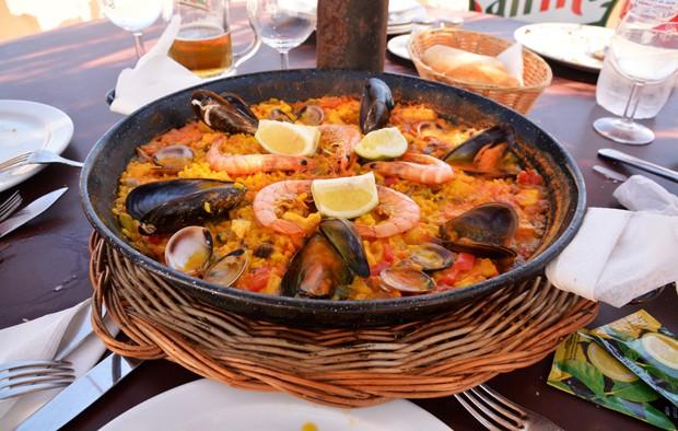 Paella mit Fleisch und Meeresfrüchten