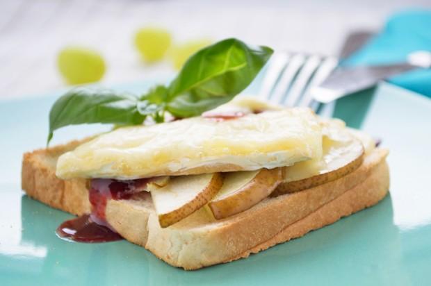 Toast mit Weichkäse und Birnen