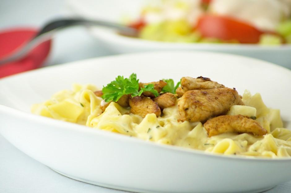 kaesesauce-mit-fleischstuecken-und-nudeln.jpg