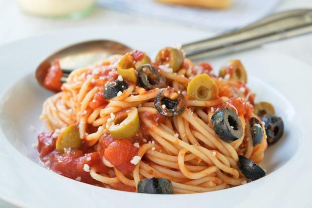 Spagetti mit Kapern und Oliven