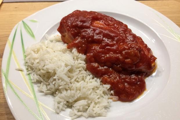 Hähnchen in Zwiebel-Tomatensauce