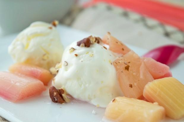 Rhabarber Kompott mit Vanille und gerösteten Mandeln