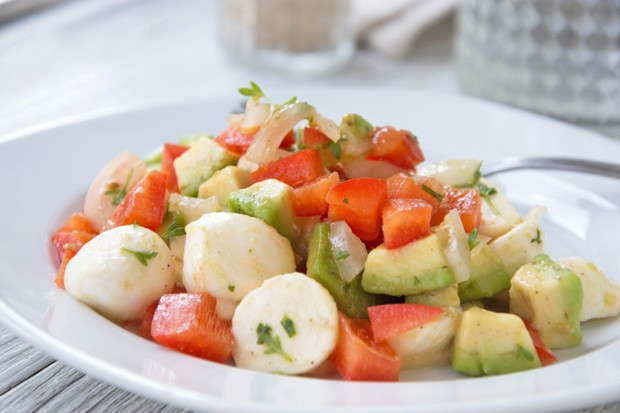 Paprika-Mozzarella-Salat mit Avocado