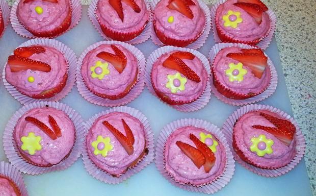 Erdbeercupcakes mit fruchtigem Frosting