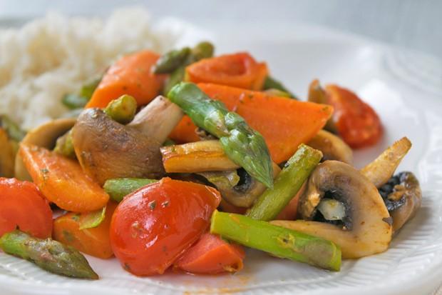 Geröstetes Spargelgemüse mit Reis