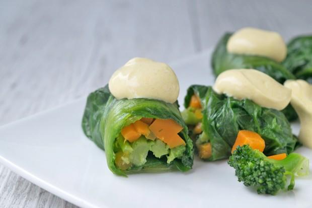 Salatröllchen mit Gemüsefüllung und Currysauce