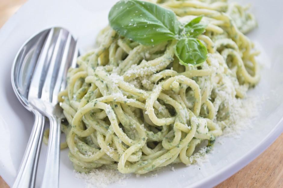 spaghetti-an-basilikum-cr-me-fra-che.jpg