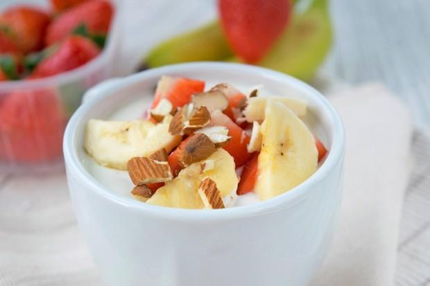 Topfencreme mit Früchten