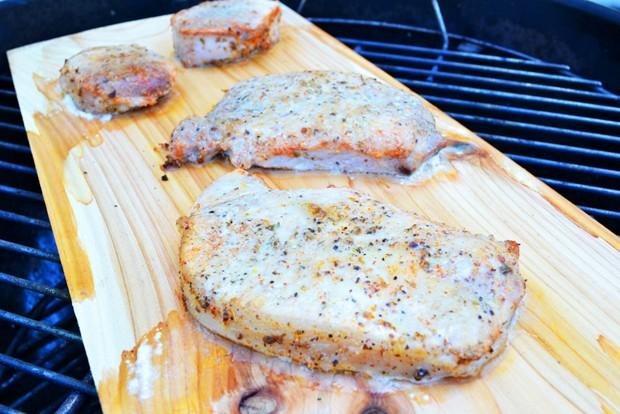 grillkotelett-auf-dem-grillbrett.jpg