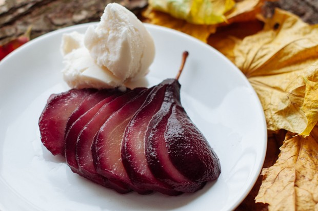 Birnen in Rotwein mit Vanilleeis