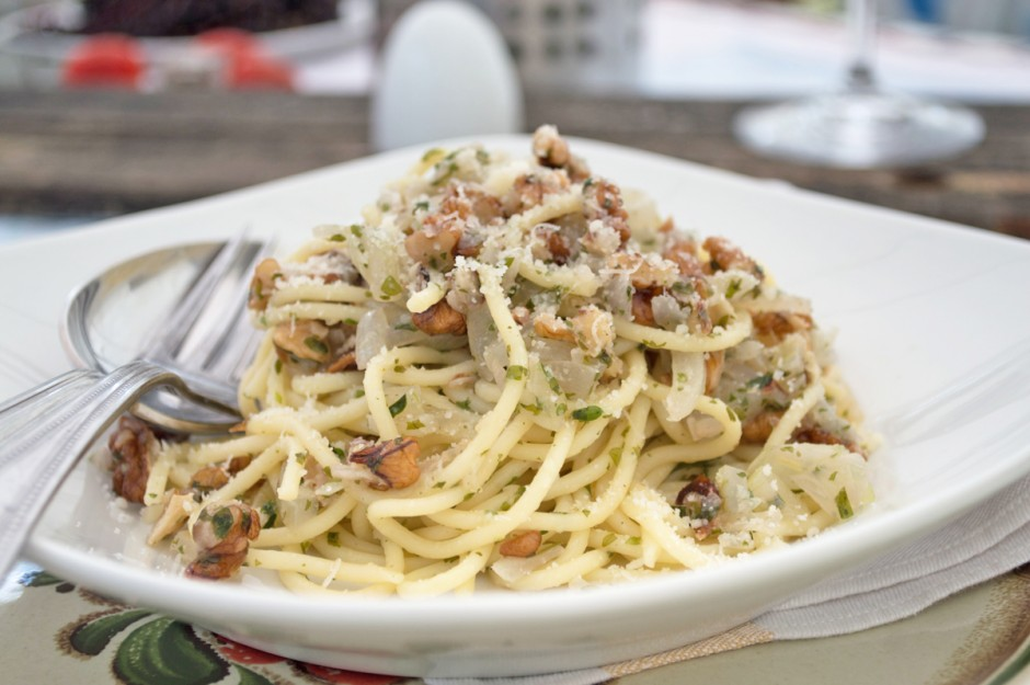 pasta-mit-zwiebel-nuss-sauce.jpg