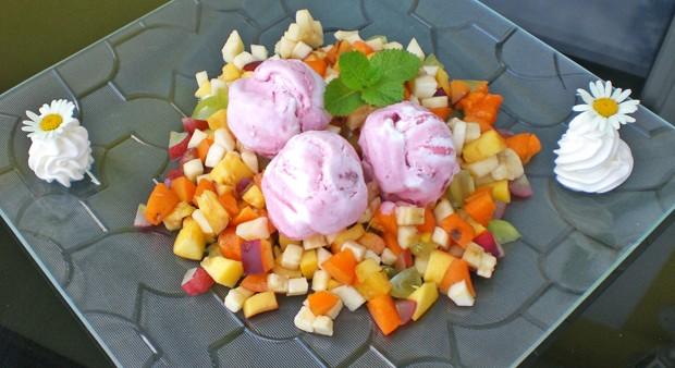 Erdbeereis auf Fruchtsalat