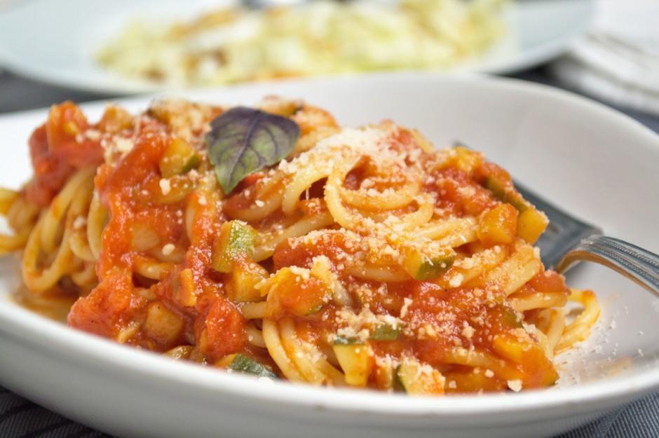 pasta-mit-tomaten-zucchinisauce.jpg